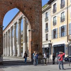 Parte del gruppo davanti alle colonne di S. Lorenzo