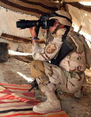 Immagine Allegata: 1 IRAQ -- Master Sgt. Maurice Hessel photographs a security forces mission.jpg