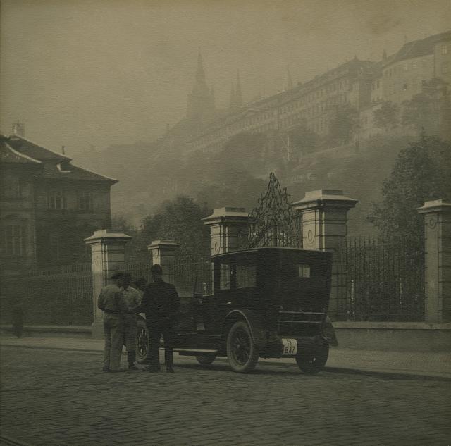 Immagine Allegata: josef-sudek-bez-nazvu-praha-untitled-prague-ca-1926-regionalni-muzeum-v-kolinec-anna-farova.jpg