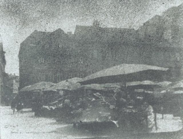 Immagine Allegata: josef-sudek-na-uhelnem-trhu-uhelny-trh-prague-1920-moravska-galerie-v-brnec-anna-farova.jpg
