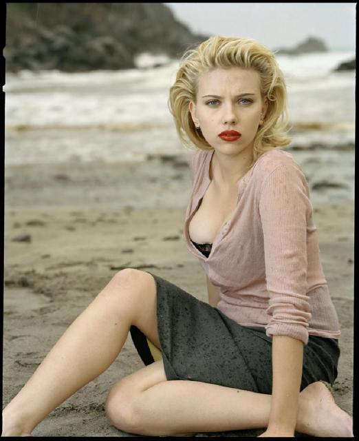 Immagine Allegata: Scarlett_Johansson_in_Beautiful_Beach_Photoshoot_by_Annie_Leibovitz_(3).jpg