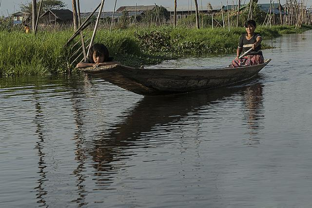 Immagine Allegata: GAB_4028donna che pagaia con bambinaBBBMODRID.jpg