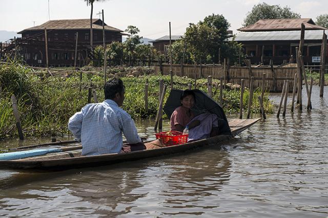 Immagine Allegata: GAB_3876donna in barca con ombrello e cassa rossaMODRID.jpg