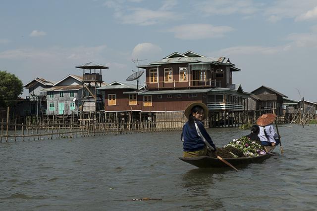 Immagine Allegata: GAB_3912ragazze in barca con fioriBBBRID.jpg
