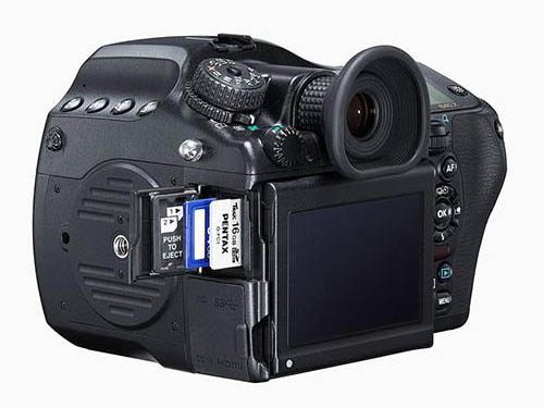 Immagine Allegata: Pentax-645z-medium-format-camera-side.jpg