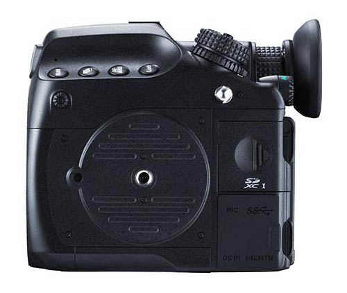 Immagine Allegata: Pentax-645z-medium-format-camera-bottom.jpg