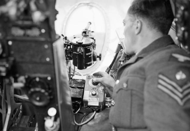 Immagine Allegata: A_ground_crew_sergeant_demonstrates_the_operation_of_the_photo-reconnaissance_camera_in_a_de_Havilland_Mosquito_of_No._540_Squadron_RAF_at_Benson,_Oxfordshire,_August_1943._CH10853.jpg