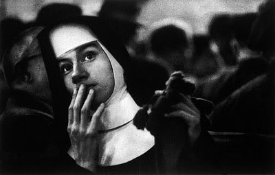 Immagine Allegata: usa-new-york-city-harbour-nun-waiting-for-survivors-of-the-andrea-doria-sinking-1956-w-eugene-smith.jpg