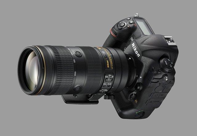 Immagine Allegata: Nikon-AF-S-NIKKOR-70-200mm-f2.8E-FL-ED-VR-lens-on-Nikon-DSLR-camera.jpg