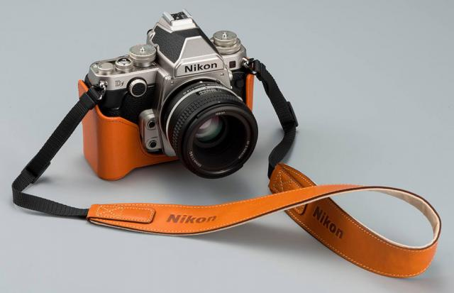 Immagine Allegata: Nikon-Df-with-a-leather-case.jpg