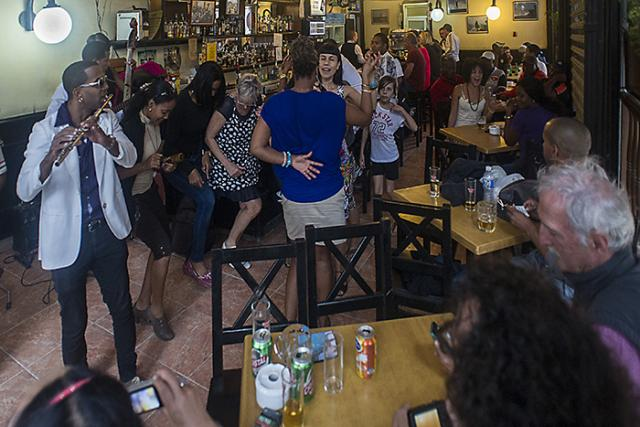 Immagine Allegata: DSC_9620L'Habana vieja.Musica al bar.11ESIMA.RID.jpg