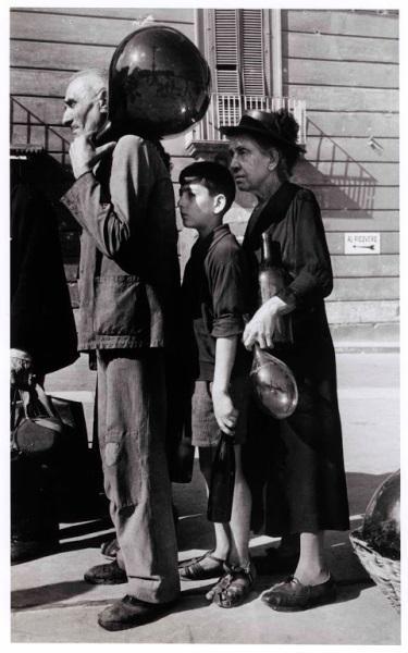 in_coda_per_l_acqua_in_una_via_di_napoli_ottobre_1943_queueing_for_water_on_a_naples_street_october_1943_gallery.jpg